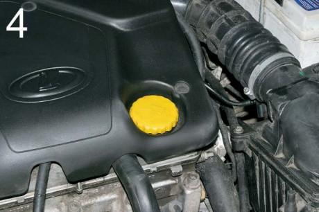 Фото «За рулем»: Пластиковая крышка оказалась надежнее.