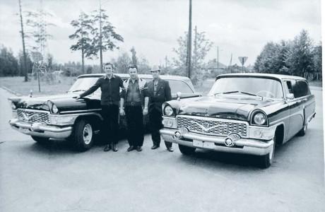 Фото «За рулем»: Две «чайки» перед отправкой на климатические испытания. Крайний слева – начальник бюро спецавтомобилей РАФ Юрис Пенцис, рядом водители-испытатели Юрис Сникирес и Арнольд Ошс.